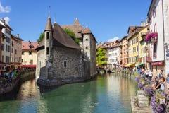 annecy France Palais De L ` wyspa Ludzie spaceru wokoło rzeki zdjęcie stock