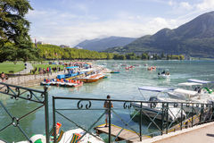 annecy france Sjö Annecy, tredjedelen - störst sjö i Frankrike arkivfoto
