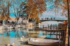 ANNECY FRANCJA, LISTOPAD, - 18, 2018: piękny widok przy jesieni Annecy jeziorem i kanał z łodzią, mostem i górą przy tłem, fotografia stock