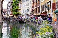 ANNECY, FRANCJA, 23 2015 SIERPIEŃ - Piękni kwiatów garnki wzdłuż Fotografia Stock