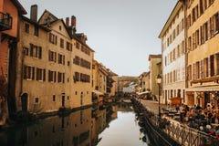 Annecy, Frankreich - 8. April 2017 Mittelalterliche alte Stadt von Annecy, Haute-Savoie Lizenzfreie Stockbilder