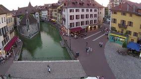 ANNECY, FRANKREICH - 15 können, 2015: Vogelperspektive des Kanals im Stadtzentrum von Annecy stock footage