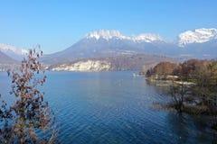 Annecy jezioro i góry, krajobraz w Savoy obrazy stock