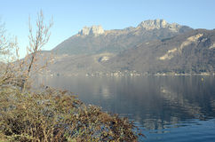 Annecy lake and mountains Royalty Free Stock Photos