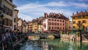 Annecy pejzaż miejski z Thiou widoku rzecznym mostem De L Isl i Palais zdjęcia stock
