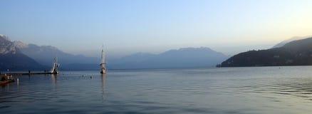 Annecy See und Berge Stockfotos