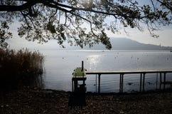 Annecy See und hölzerner Ponton stockfotografie