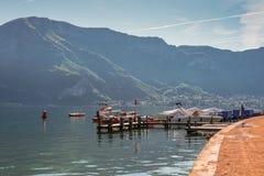 Annecy sjö i franska fjällängar, region Savoie Royaltyfri Foto