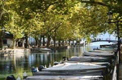 Annecy sjö och stad, bro av förälskelserna arkivfoton