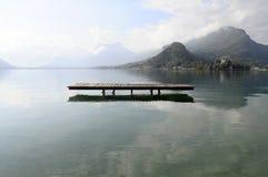 Annecy sjö på Talloires, Frankrike arkivfoton