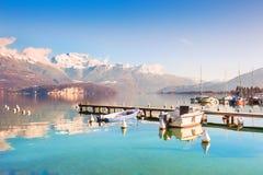 Annecy sjön med blått gör klar vatten i fjällängberg, Frankrike Fotografering för Bildbyråer