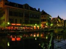 Annecy während der Nacht, Frankreich stockfotografie
