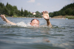 Annegamento del nuotatore Fotografie Stock