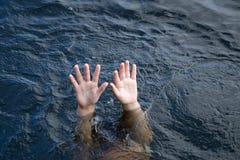 annegamento del raggiungimento delle mani Immagini Stock