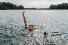 Annegamento dell'uomo Attaccare distribuisce dell'acqua fotografia stock libera da diritti