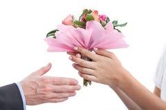 Annehmen eines Blumenstraußes Stockfotografie