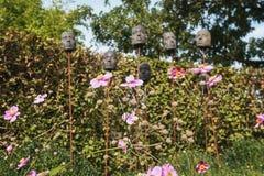 Annemones con en las máscaras del fondo en las barras de hierro para el decorati Fotografía de archivo libre de regalías