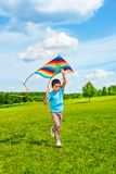 6 années de garçon courant avec le cerf-volant Photographie stock libre de droits