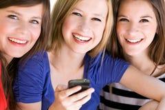 Années de l'adolescence avec le téléphone portable Photo libre de droits