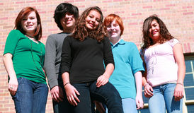 années de l'adolescence heureuses de groupe Image stock