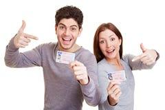 Années de l'adolescence indiquant le permis de conduire Photos stock