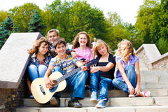 Années de l'adolescence jouant la guitare Photo stock