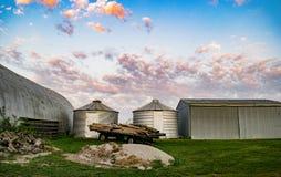 Annexes de ferme encadrées par les nuages de matin images libres de droits