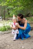 Anni adorabili del bambino della ragazza di compleanno con la madre in parco ad estate Fotografia Stock Libera da Diritti