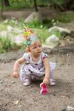 Anni adorabili del bambino della ragazza di compleanno in parco ad estate Immagini Stock