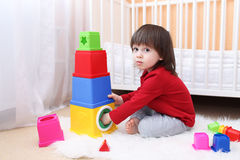 2 anni adorabili di bambino che gioca con il giocattolo educativo a casa Immagini Stock Libere da Diritti