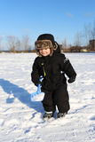 2 anni adorabili di bambino con la pala nell'inverno Fotografia Stock Libera da Diritti