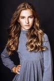 13 anni Biondo-dai capelli di ragazza anziana in studio Immagine Stock