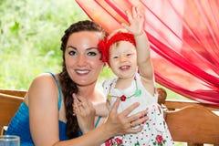 Anni del bambino della ragazza di buon compleanno con la madre in parco ad estate Fotografia Stock
