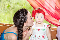 Anni del bambino della ragazza di compleanno buon con la madre in parco ad estate Immagine Stock Libera da Diritti