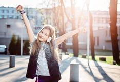 10 anni del bambino felice della ragazza ascoltano la musica fotografia stock libera da diritti