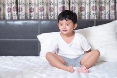 3 anni del piccolo ragazzo asiatico sveglio a casa sul letto, menzogne del bambino Fotografie Stock