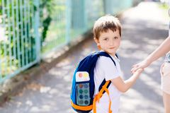 7 anni del ragazzo che va a scuola con sua madre Immagini Stock
