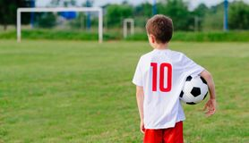 8 anni del ragazzo del bambino della tenuta della palla di calcio Fotografia Stock Libera da Diritti