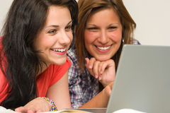 Anni dell'adolescenza allegri che passano in rassegna su Internet Immagini Stock Libere da Diritti