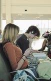 Anni dell'adolescenza aspettanti dell'aeroporto Fotografia Stock Libera da Diritti