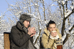 Anni dell'adolescenza che bevono tè Immagini Stock Libere da Diritti
