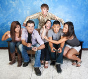 Anni dell'adolescenza che combattono sopra i giochi immagine stock libera da diritti