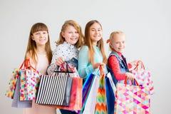 Anni dell'adolescenza che comperano con le borse Immagine Stock