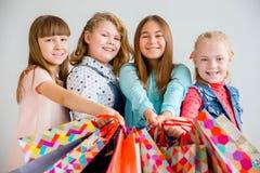 Anni dell'adolescenza che comperano con le borse Fotografia Stock Libera da Diritti