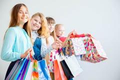 Anni dell'adolescenza che comperano con le borse Fotografia Stock