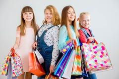 Anni dell'adolescenza che comperano con le borse Fotografie Stock Libere da Diritti