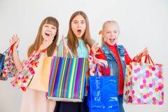 Anni dell'adolescenza che comperano con le borse Immagini Stock