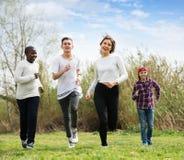 Anni dell'adolescenza che corrono nel parco di primavera Fotografia Stock Libera da Diritti