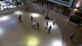 Anni dell'adolescenza che giocano pallacanestro stock footage