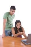 Anni dell'adolescenza che godono con un computer portatile Fotografie Stock Libere da Diritti